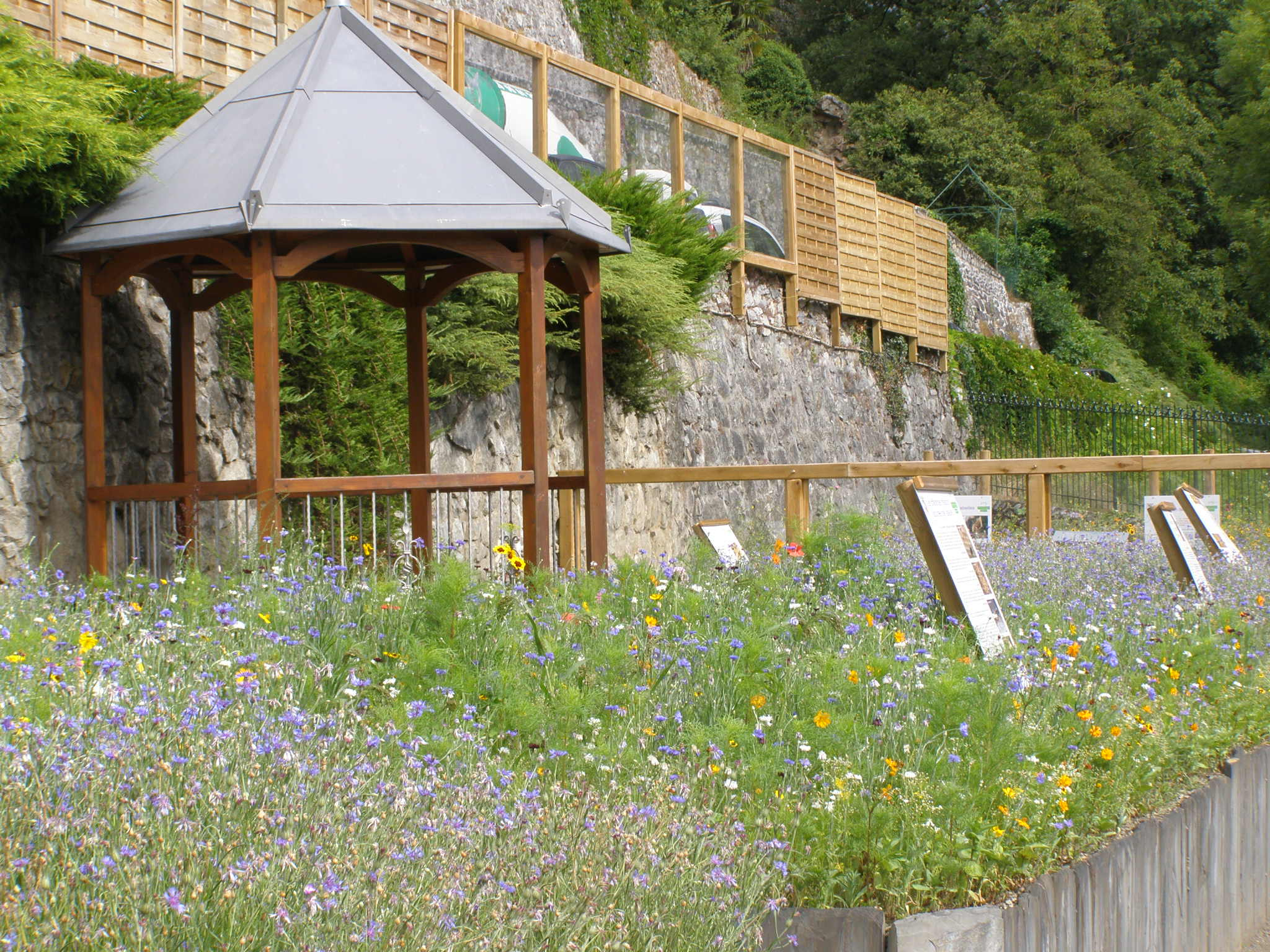 Kiosque dans son jardin - Kiosque de jardin castorama ...