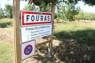 INAUGURATION A FOURAS LES BAINS : SIGNALISATION JUMELAGE AVEC ARGELES-GAZOST, RION (Cantal) et GEROSKIPOU (Chypre)